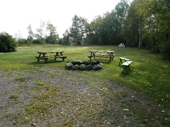Birch Bend MotoLodge: Fire pit