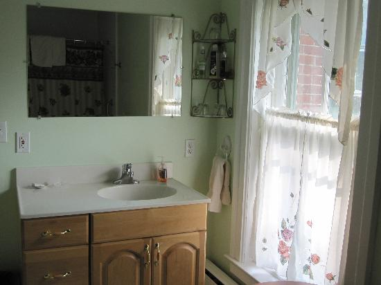 Brookside Manor Bed and Breakfast: Bathroom