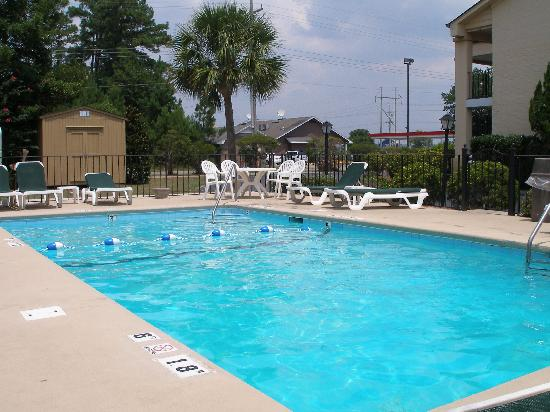 Crossroads Inn & Suites: pool