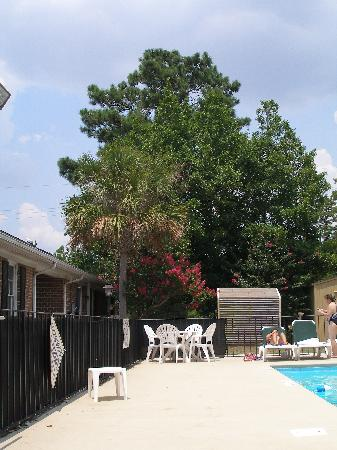 Crossroads Inn & Suites: pool area