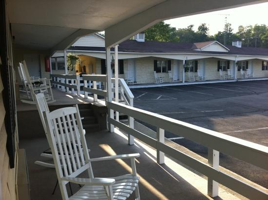 Longhouse Lodge Motel: Rocking chairs throughout the motel