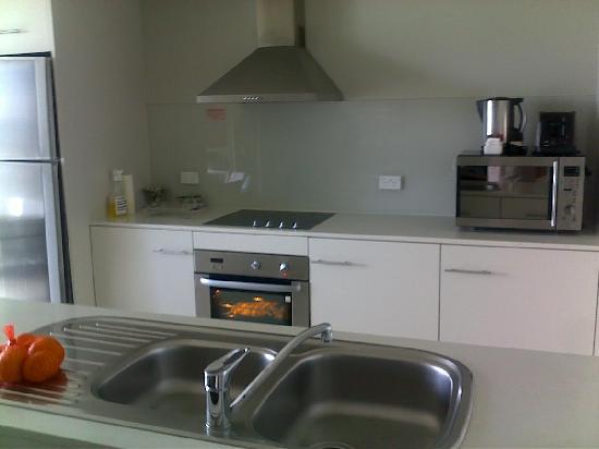 Mantra Twin Towns: kitchen