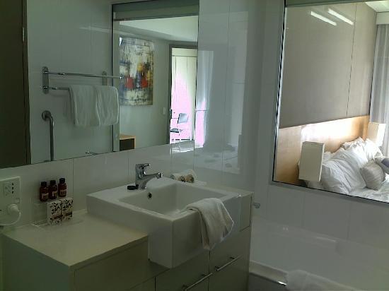 Mantra Twin Towns: bathroom