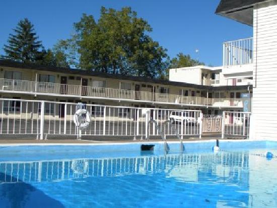 Fairway Motor Inn: Seasonal Outdoor Pool