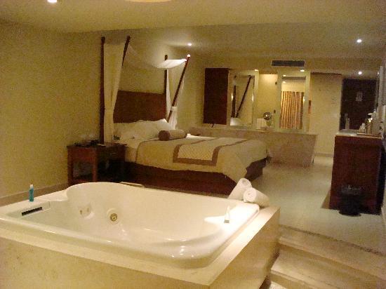 Sun Palace: Junior Suite w/ Jacuzzi & Ocean View