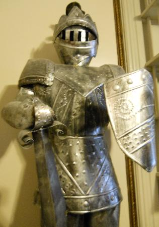 Burgundy Lane Bed & Breakfast: Yes, that's a suit of armor in the room!