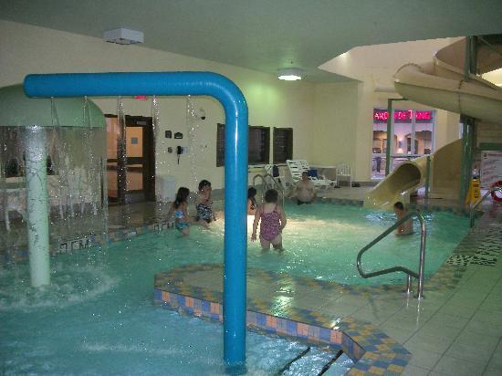 piscine jeux d 39 eau glissade picture of super 8 quebec