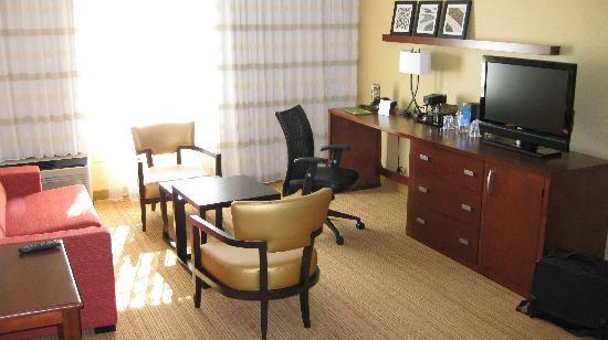 Courtyard by Marriott Richmond Airport: Wohnbereich der Suite