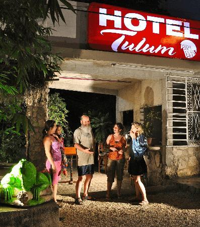 Compartiendo en la entrada de Hotel Tulum