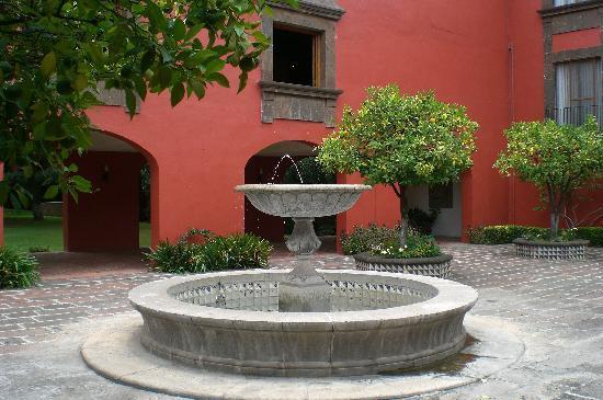 Fiesta Americana Hacienda Galindo: Patio De Descanso Con Fuente
