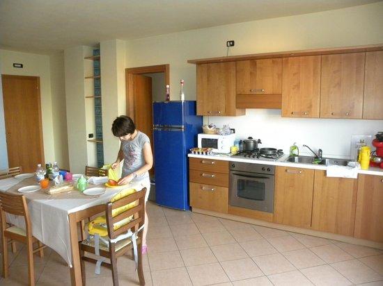 La grande sala con tavolo enorme divano e cucina nonch for Tavolo cucina grande