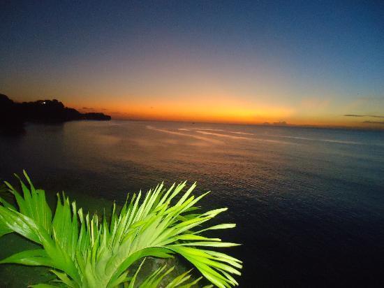 Grenadian by Rex Resorts : sunset at the pool bar