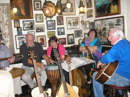 Chyheira: Folk music in The Cadgwith Inn