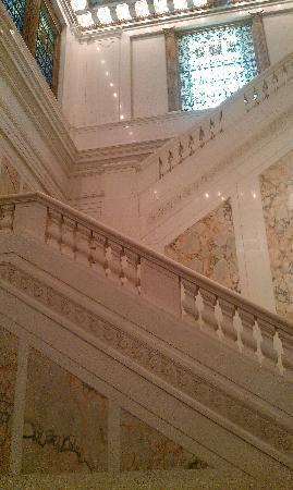 Kimpton Hotel Monaco Baltimore Inner Harbor: amazing lobby stairs