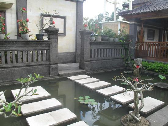 Villa Agung Khalia: La petite mare (poissons de jour, grenouilles la nuit) pour pénétrer dans les villas