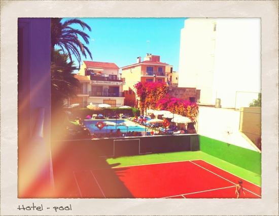 Hotel JS Yate: Ein Blick vom Balkon aus zum Pool