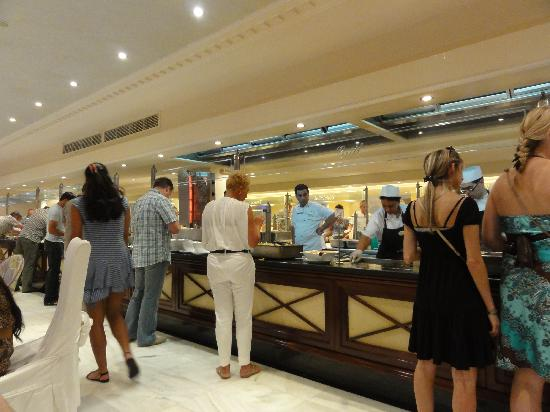 Mitsis Grand Hotel: Buffet counter