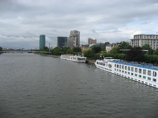 Adina Apartment Hotel Frankfurt Neue Oper: main river and boats