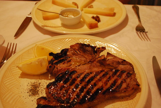 Barga, Italia: Juicy steak and pecorino with honey