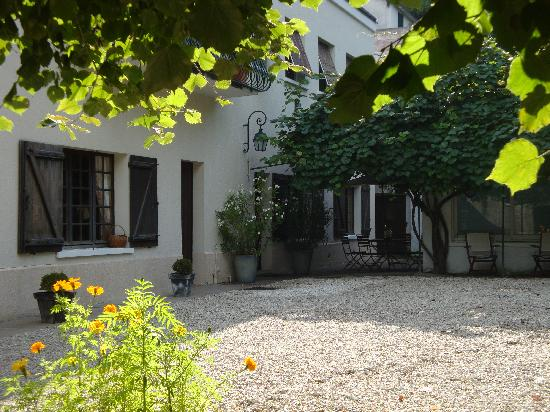 Langeais, França: The house from a shaded corner of the garden