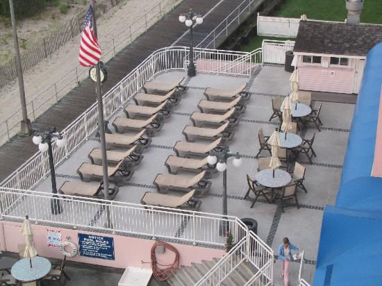 Port-O-Call Hotel: View of upper pool deck and Flippers