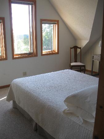 MacArthur House Bed and Breakfast: Double bed in 1st bedroom in third floor suite