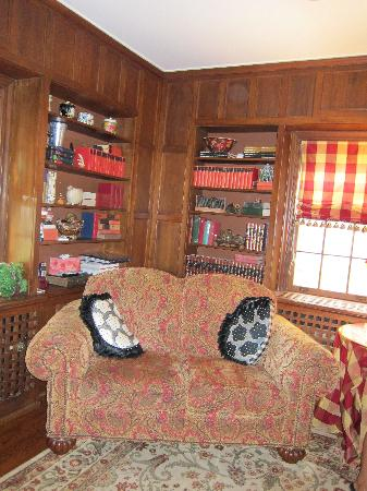 10 Fitch Luxurious Romantic Inn: library