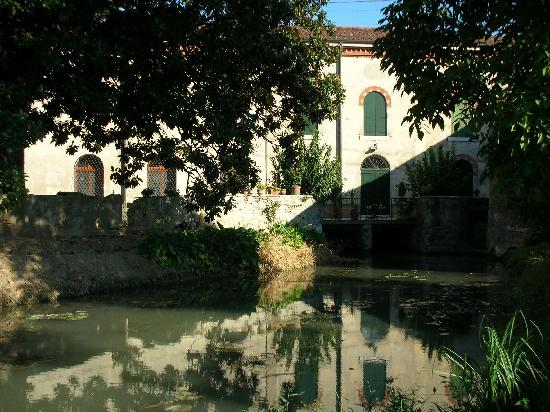 Agriturismo Corte Ceson: Il fiume che passa sotto l'agriturismo!