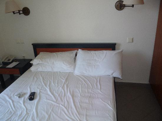 letto a una piazza e mezza per due persone... - Picture of Knossos ...