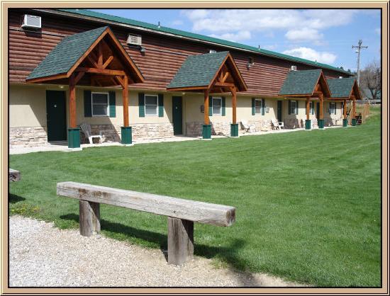 Hulett Motel: Riverside of Motel