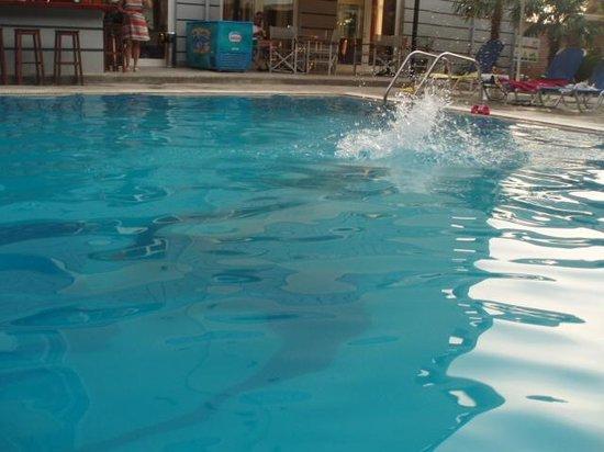 Hotel Hellinis Kanoni: la purete de l'eau de la piscine!!