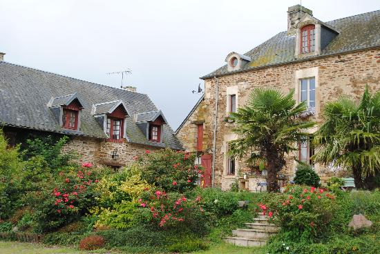 Saint-Louet-sur-Seulles, Francia: Manoir as seen from its beautiful garden