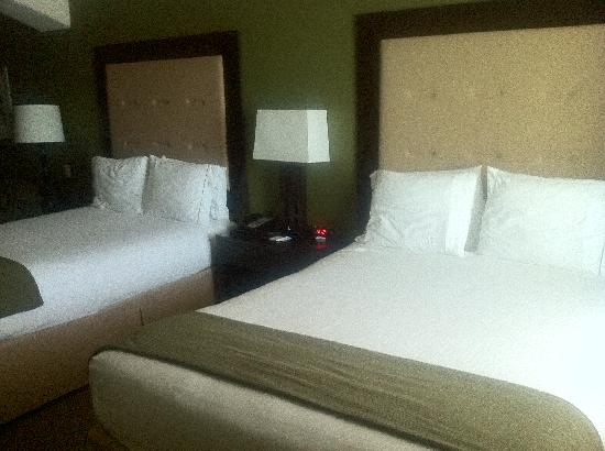 Holiday Inn Express Hotel & Suites Galveston West - Seawall: beds in the suite