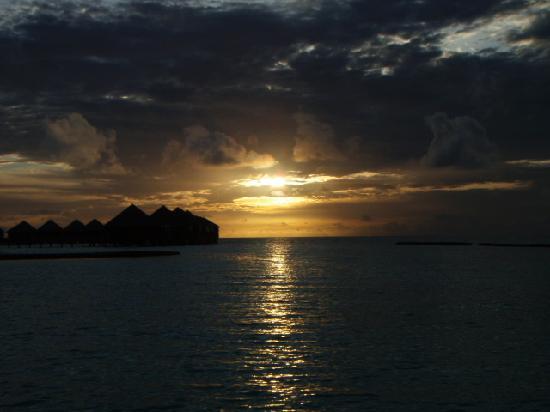 Baros Maldives: Nach Sonnenuntergang mit Blick zu den Water Villas