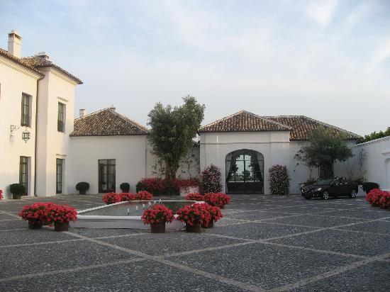 Finca Cortesin Hotel Golf & Spa: Amplio jardin a la entrada