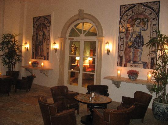 Finca Cortesin Hotel Golf & Spa: sala de lectura mientra tomas un cafe