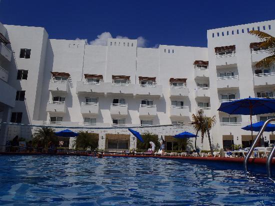 Holiday Inn Cancun Arenas: hotel vista desde la alberca.