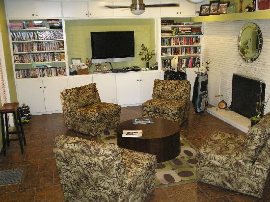 Desert Riviera Hotel: Office Lounge. Fresh Fruit, films, games and books to take