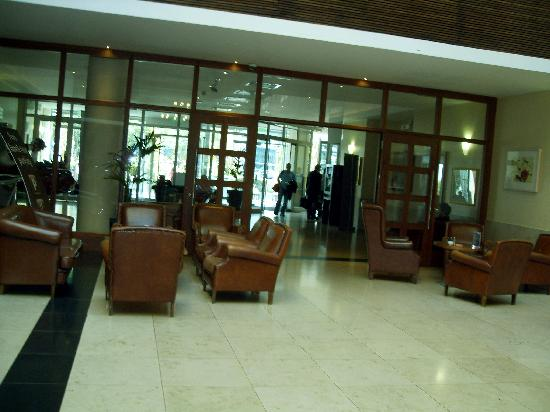 Clayton Hotel Leopardstown: Looking from the lounge to lobby/reception