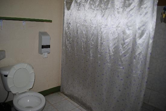 Cabinas Manzanillo : Large bathroom with plenty of room to hang beach clothes