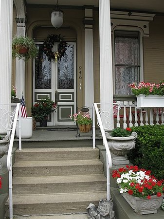 D'Michelles Victorian Inn: Front entrance