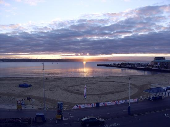 Bay View Hotel Weymouth: Sunrise in August from Room 10