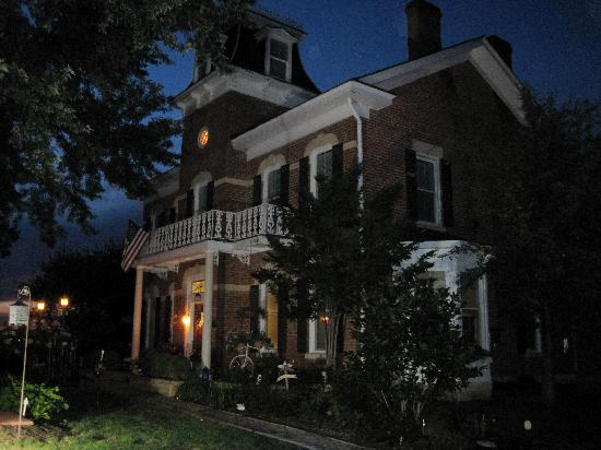 Cloran Mansion Bed & Breakfast: the Cloran in the evening