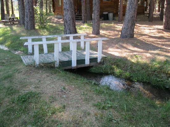 Rim Rock Ranch Resort: A small bridge on the creek
