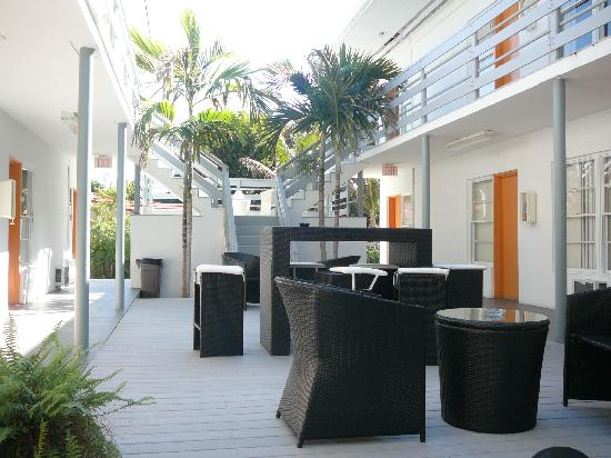 Knights Inn Miami Motel Bianco : Patio interno con mesas y sillas
