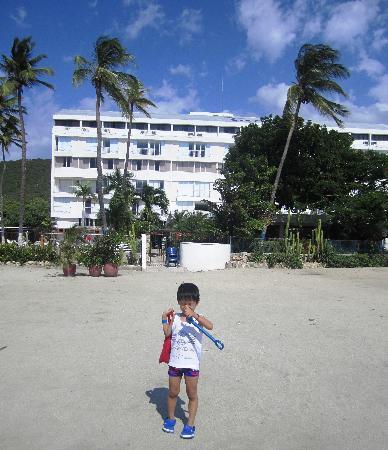 Hotel Tamaca Beach Resort: Saliendo para la playa con nuestro hijo