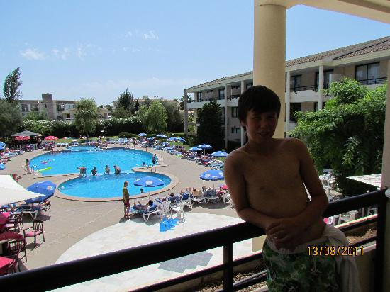 Bahia de Pollensa Aparthotel: Pool is nice, but too deep for teens