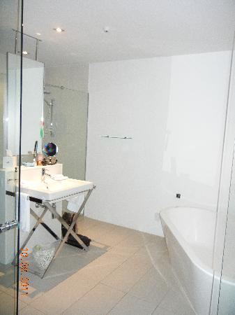 Queenstown Park Boutique Hotel: Bathroom with heated towel rails