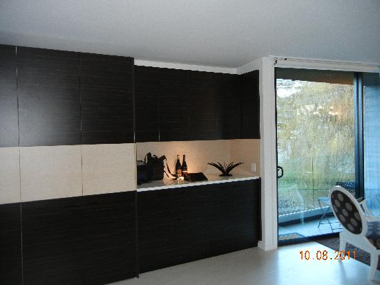 Queenstown Park Boutique Hotel: Kitchen and cupboard of Remarkables room