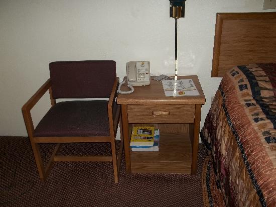 Super 8 Homewood Birmingham Area: Side table